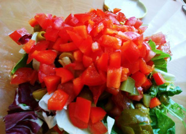 Sałatka z oliwkami i ogórkiem kiszonym