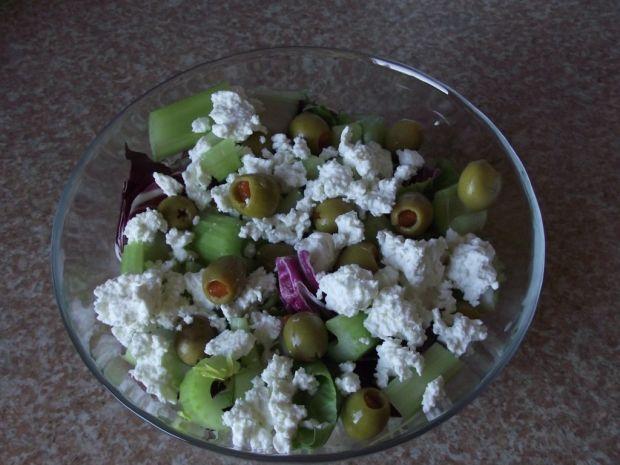Sałatka z oliwkami, selerem naciowym i salami