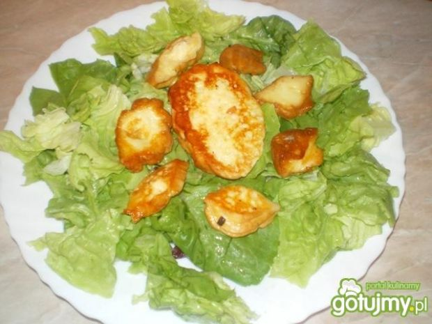 Sałatka z oscypkiem w sosie truskawkowym