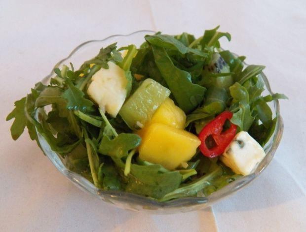 Sałatka z owocami rukolą i serem pleśniowym
