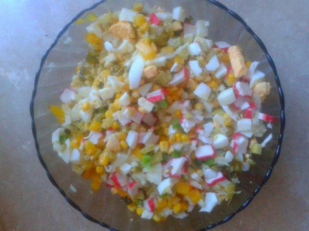 Sałatka z paluszkami surimi