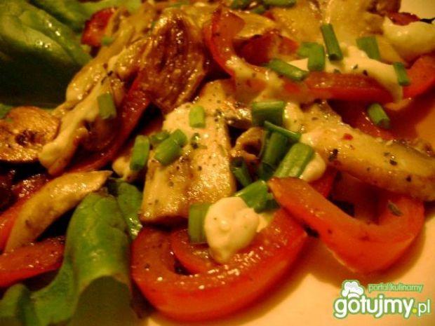 Sałatka z papryki i sera camembert
