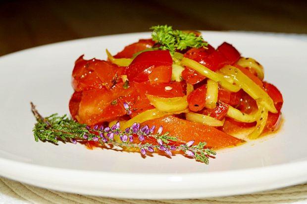 Sałatka z papryki konserwowej i smażonej cebuli