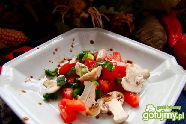 Sałatka z pieczarek ,pomidora