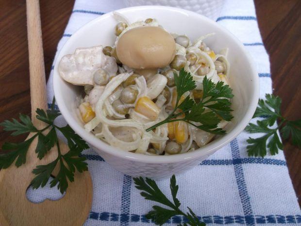 Sałatka z pieczarek,pora,groszku i kukurydzy