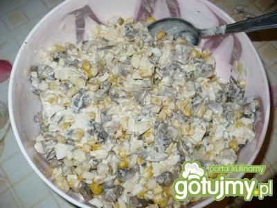 Sałatka z pieczarkami i kukurydzą 4