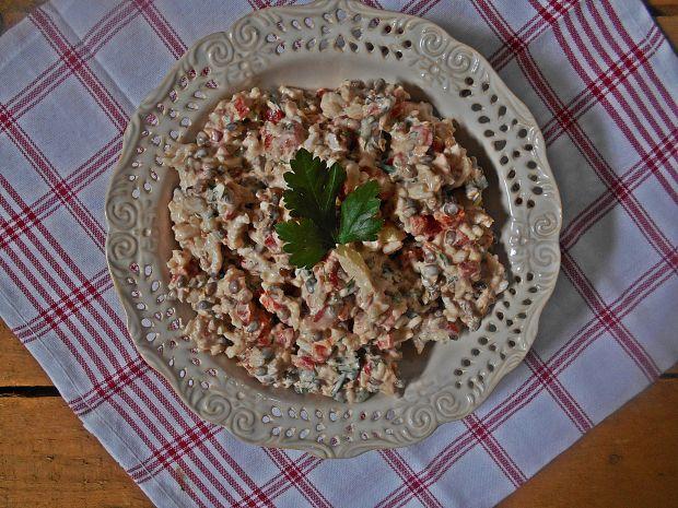 Sałatka z pieczoną papryką i tuńczykiem