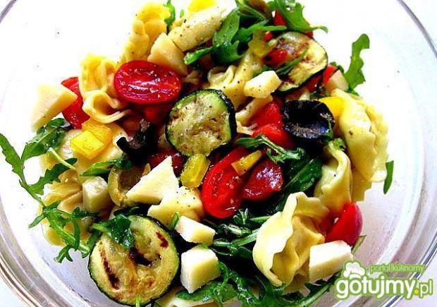 Sałatka z pierożków  tortellini i warzyw