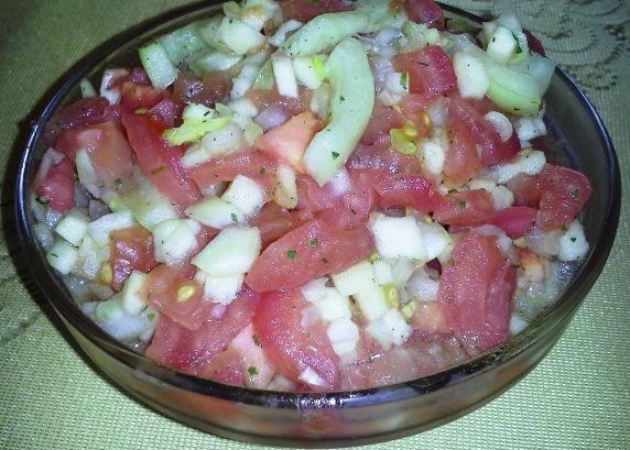 Sałatka z pomidora i białej papryki