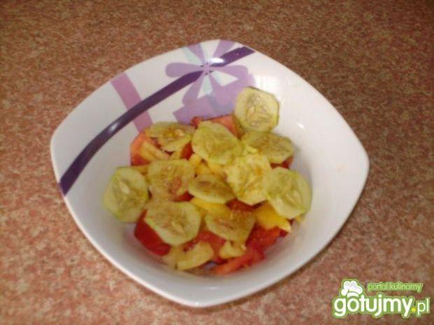 Sałatka z pomidora i żółtego sera