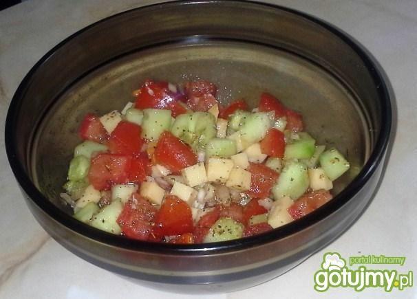 Sałatka z pomidora z serem wędzonym