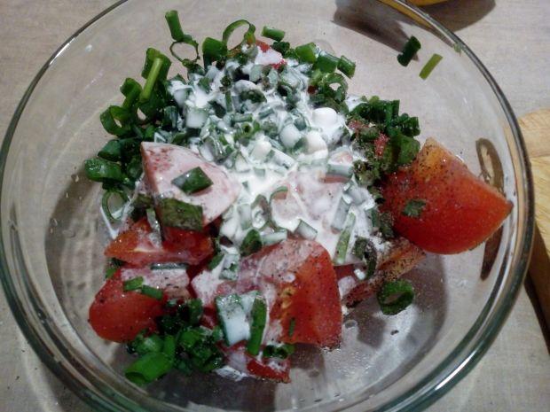 Sałatka z pomidora ze śmietaną i szczypiorkiem