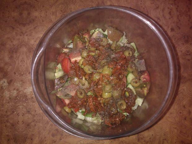 Sałatka z pomidorami i oliwkami