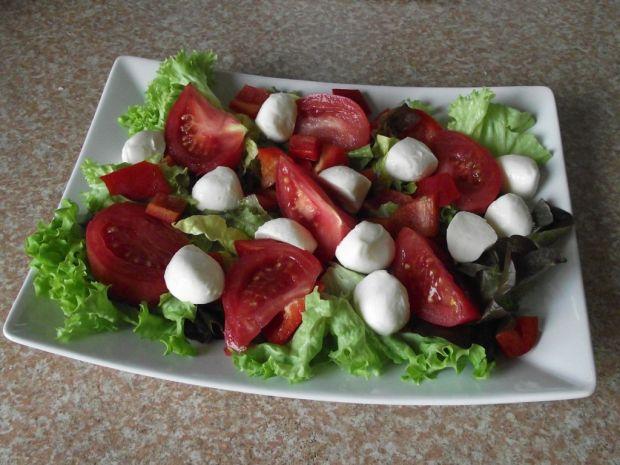 Sałatka z pomidorami, mozzarellą i migdałami