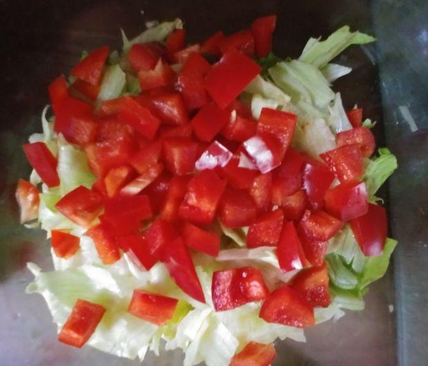 Sałatka z pomidorami, papryką i camembertem