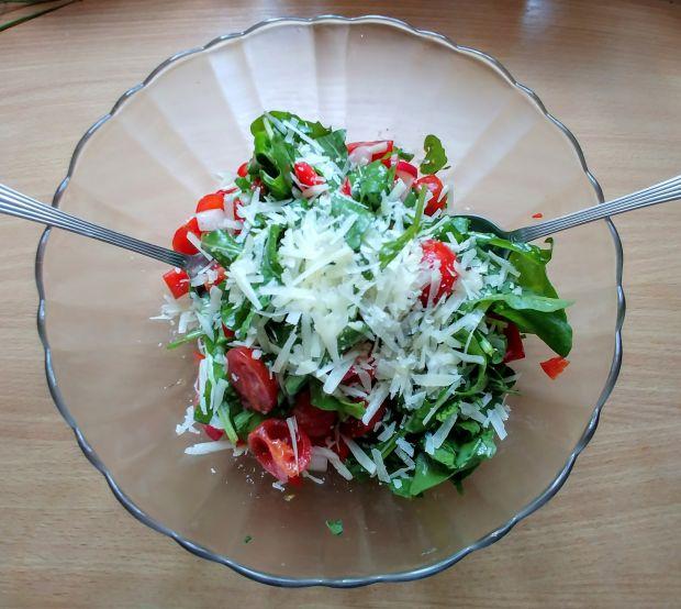Sałatka z pomidorami, rzodkiewką i parmezanem