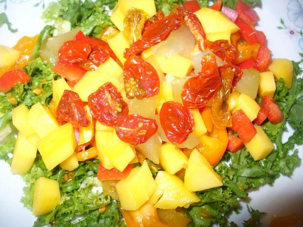 Sałatka z pomidorami suszonymi,świeżymi i papryką