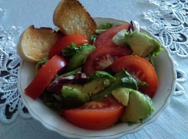 Sałatka z pomidorem, avocado i grzankami