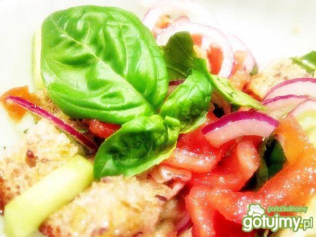 Sałatka z pomidorem i grzankami z chleba