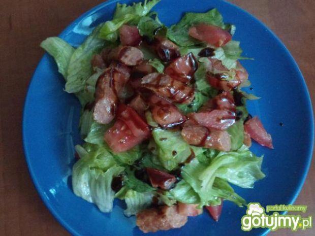 Sałatka z pomidorem i kabanosem