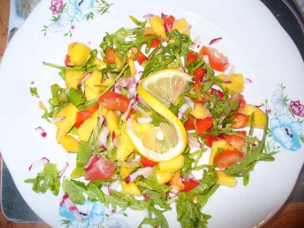 Sałatka z pomidorem, papryką i mango