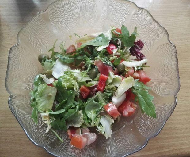 Sałatka z pomidorem, papryką, oliwkami i szynką