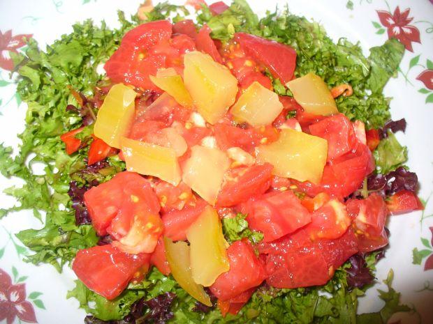 Sałatka z pomidorem,sałatą szczępiastą i ananasem