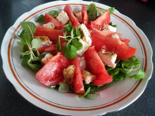 Sałatka z pomidorem, serkiem i kurczakiem