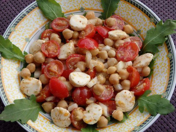 Sałatka z pomidorkami i cieciorką
