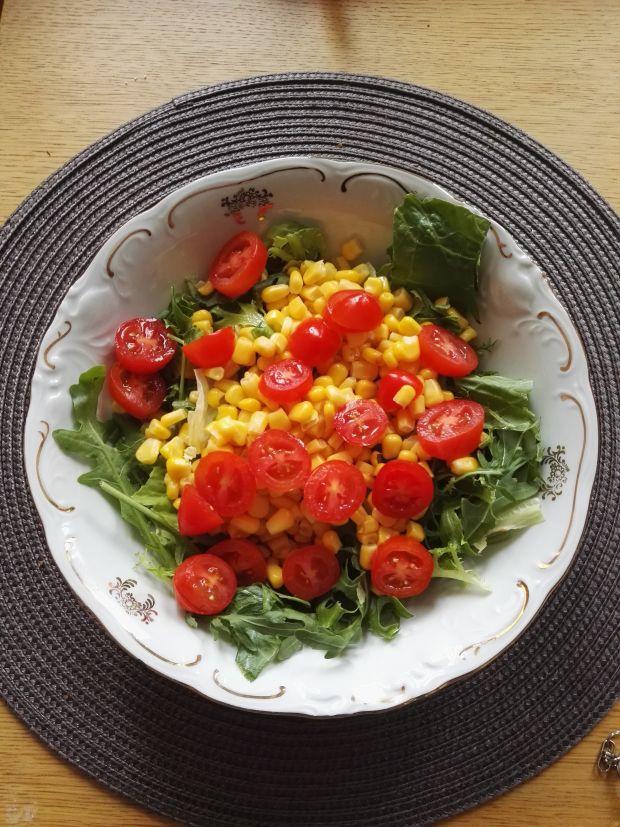Sałatka z pomidorkami i kukurydzą