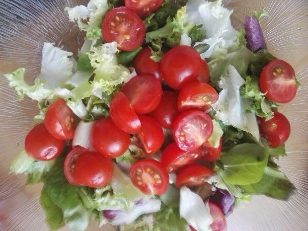 Sałatka z pomidorkami i serem lazur