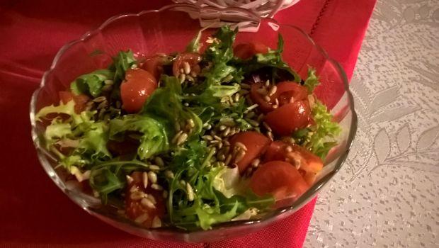 Sałatka z pomidorkami i słonecznikiem