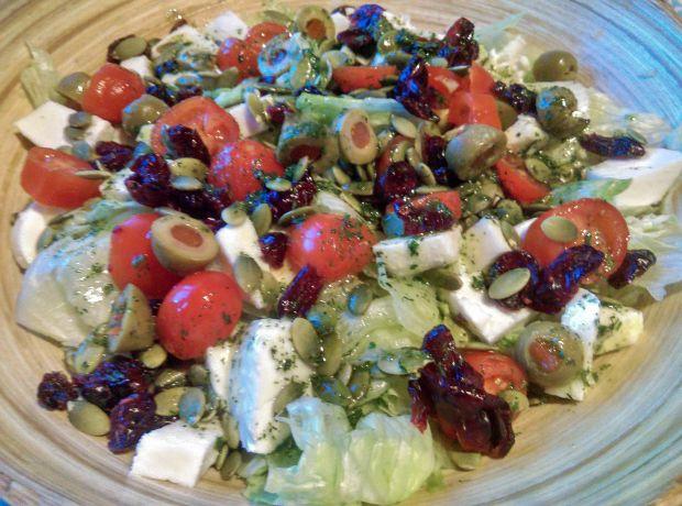 Sałatka z pomidorkami, oliwkami i żurawiną