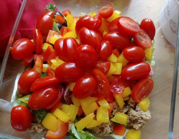 Sałatka z pomidorkami, papryką i tuńczykiem