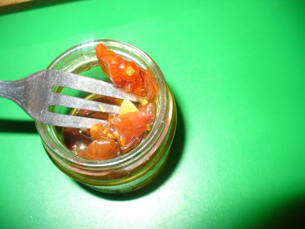 Sałatka z pomidorkami suszonymi i papryką