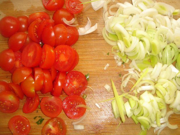 Sałatka z pomidorków koktajlowych i pora