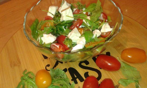 Sałatka z pomidorków, rukoli oraz sera typu feta