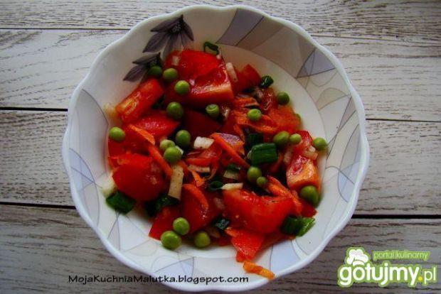Sałatka z pomidorów i groszku