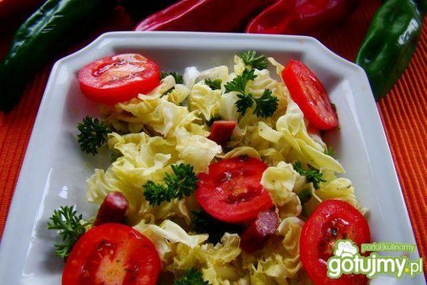 Sałatka z pomidorów  i kabanosa