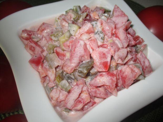 Sałatka z pomidorów i ogórków w śmietanie