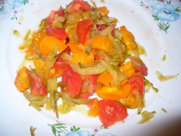 Sałatka z pomidorówi ogórka kiszonego