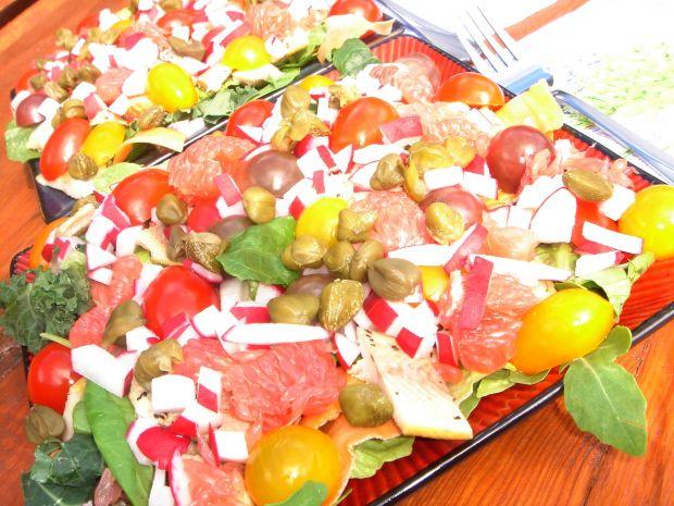 Sałatka z pstrągiem, grejpfrutem i pomidorkami
