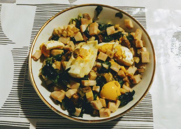 Sałatka z roszponką, awokado i jajkiem