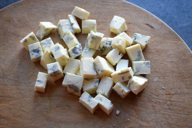 Sałatka z roszponką, pieczoną cukinią i serem blue