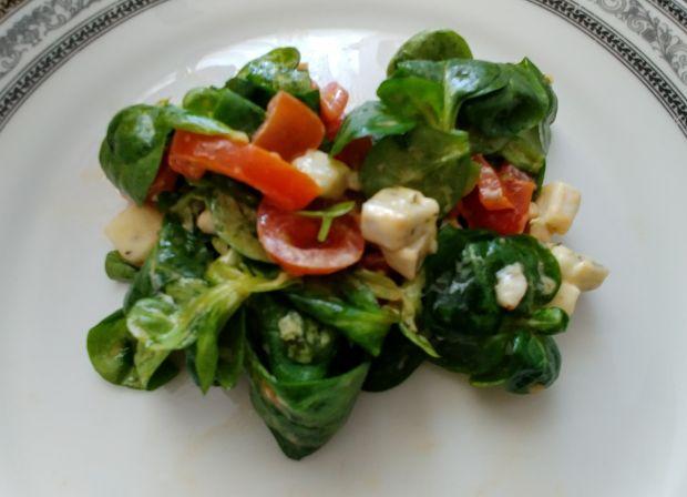 Sałatka z roszponki z ziołowym camembertem