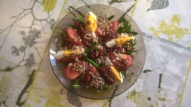 Sałatka z rukolą, jajkiem i ziarnami słonecznika