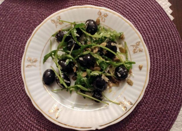 Sałatka z rukolą, oliwkami i pestkami dyni