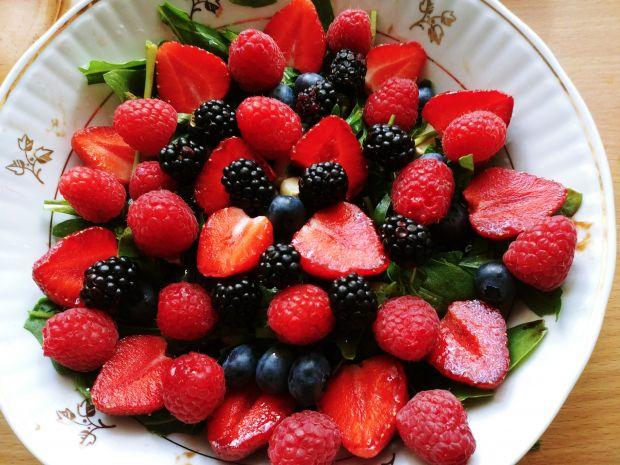 Sałatka z rukolą, serem pleśniowym i owocami lata