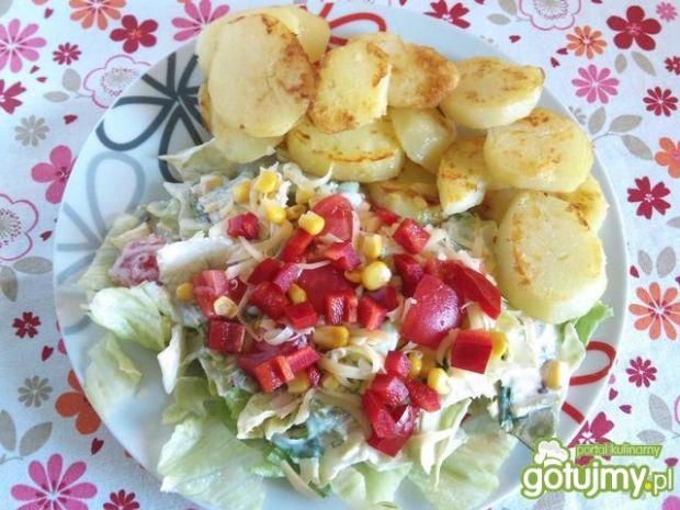 Sałatka z rumianymi ziemniakami