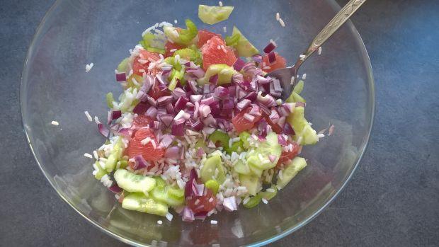Sałatka z ryżem, grejpfrutem i selerem naciowym